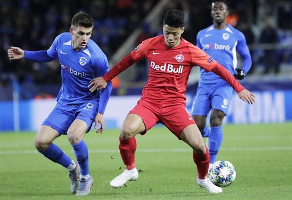 28일(한국시간) 벨기에 헹크의 크리스탈아레나에서 열린 2019-20 UEFA 챔피언스리그 조별리그 E조 5차전에서 KRC 헹크와 잘츠부르크의 경기. 황희찬이 드리블을 하고 있다.