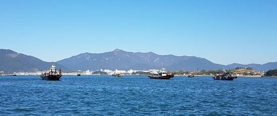 ▲ 사천바다를 찾는 생활낚시인이 크게 늘어난 가운데 지속 가능한 수산자원 생산에 관심을 기울여야 한다는 목소리가 나온다. 삼천포 앞바다 낚시어선들.
