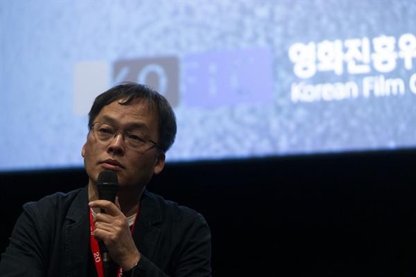 20회 전주영화제에서 관객과의 대화를 진행하고 있는 김영진 수석 프로그래머