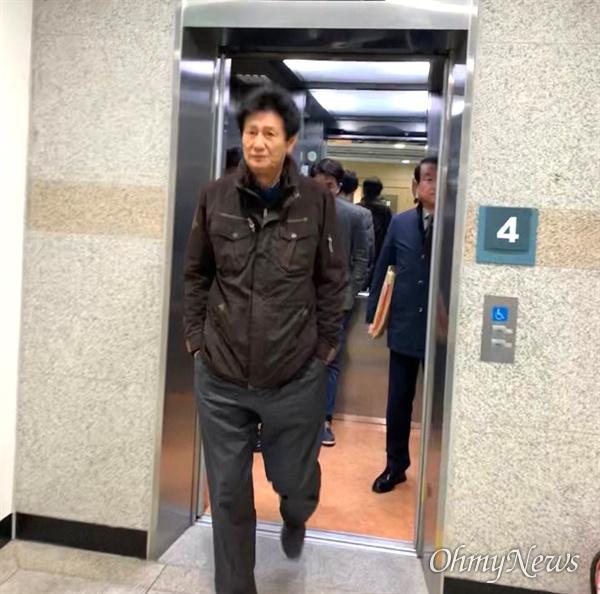 허선윤 전 영남공고 이사장이 28일 오후 재판을 받기 위해 법원에 들어서고 있다.