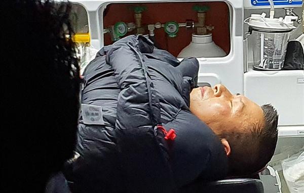 청와대 앞에서 8일째 단식하던 자유한국당 황교안 대표가 27일 밤 응급실로 이송되고 있다. (자유한국당 제공)