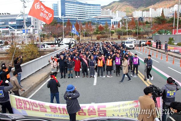 한국지엠 창원공장이 비정규직 560명 대량 해고를 예고한 가운데, 전국금속노동조합 경남지부는 11월 28일 오후 공장 앞에서 집회를 열었다.
