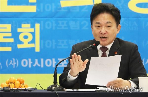 원희룡 제주지사가 지난 27일 오전 대구 호텔수성에서 열린 '아시아포럼21' 정책토론회에서 문재인 대통령을 '남자 박근혜'라고 칭해 논란이 되고 있다.