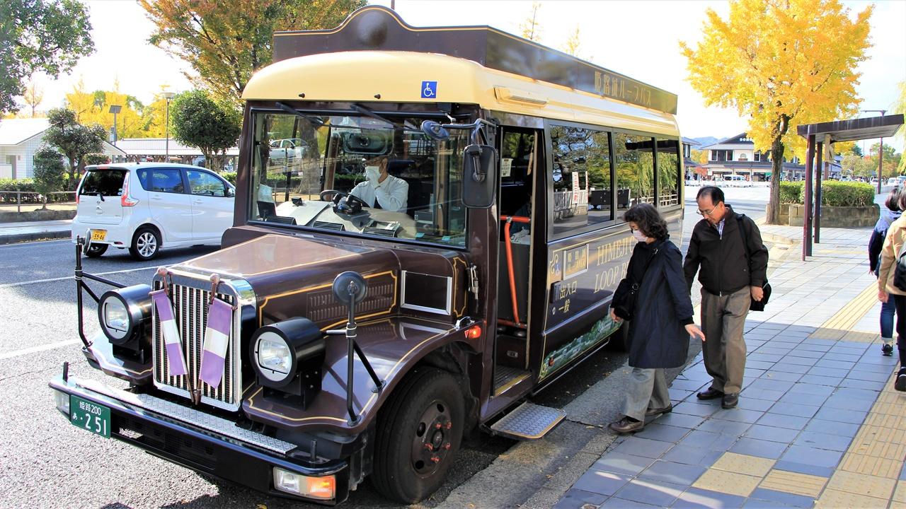 일본 효고현 히메지시에서 운행되는 100엔 시내버스. 히메지성과 히메지 시내를 잇는 관광버스 역할을 한다.