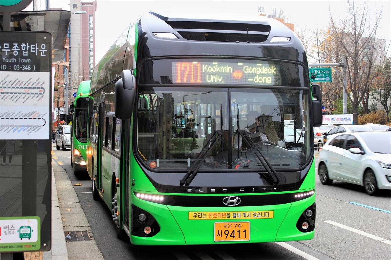 서울시에서 처음 도입된 1711번 전기버스 모습. 녹색순환버스는 전기버스로 운행된다.