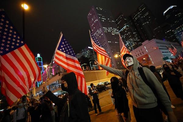 성조기 흔들며 행진하는 홍콩 시위대 28일 오후 홍콩 센트럴 에딘버러 광장에서 열린 미국 인권 및 민주주의 법안 통과 추수감사절(ThanksUSA) 집회에서 시민들이 성조기를 들고 행진하고 있다.
