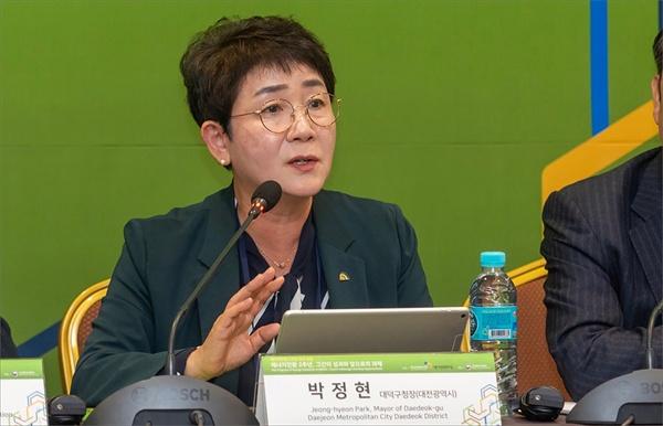 박정현 대전 대덕구청장은 지난 달 24일 서울 삼성동 코엑스에서 열린 '에너지전환 2주년, 그간의 성과와 앞으로의 과제 포럼'에서 토론자로 나서 토론을 하고 있다.