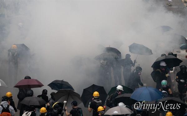 9월 1일 홍콩 중앙정부청사 앞에서 시위대와 경찰이 대치하고 있다.