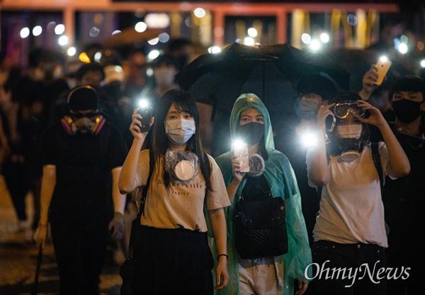 9월 1일 홍콩 중앙정부청사를 출발한 시위대가 커즈웨이베이를 향해 스마트폰의 불을 켜고 행진하고 있다.