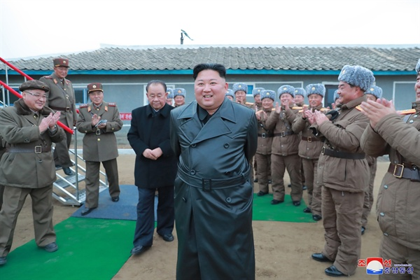 김정은, 초대형 방사포 시험사격 참관 북한 김정은 국무위원장이 국방과학원에서 진행한 초대형 방사포 시험사격을 참관했다고 29일 조선중앙통신이 보도했다.