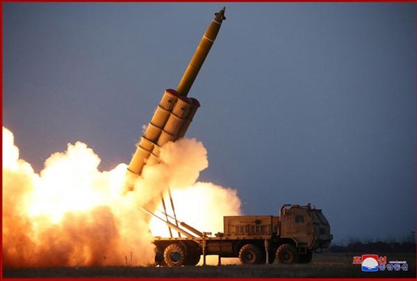 북한, 초대형 방사포 연발시험사격 북한이 김정은 국무위원장의 참관 하에 초대형 방사포 연발시험사격을 진행했다고 29일 조선중앙통신이 보도했다.