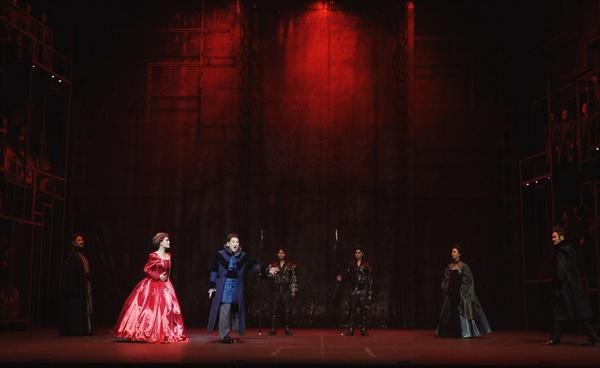 2막 3장 스투아르다의 처형 전에 로베르토(테너 신상근)가 슬픔을 노래하고 있다. 스투아르다는 실제로 처형 때 붉은 드레스를 입었다고 한다.