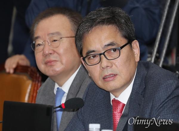 곽상도 자유한국당 의원이 29일 국회 운영위원회 전체회의에서 노영민 대통령 비서실장에게 질의하고 있다.