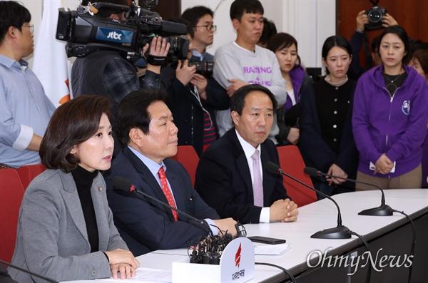 자유한국당 나경원 원내대표가 29일 국회에서 민식·태호·해인 부모들이 지켜보는 가운데 필리버스터 신청 관련 긴급기자회견을 하고 있다.