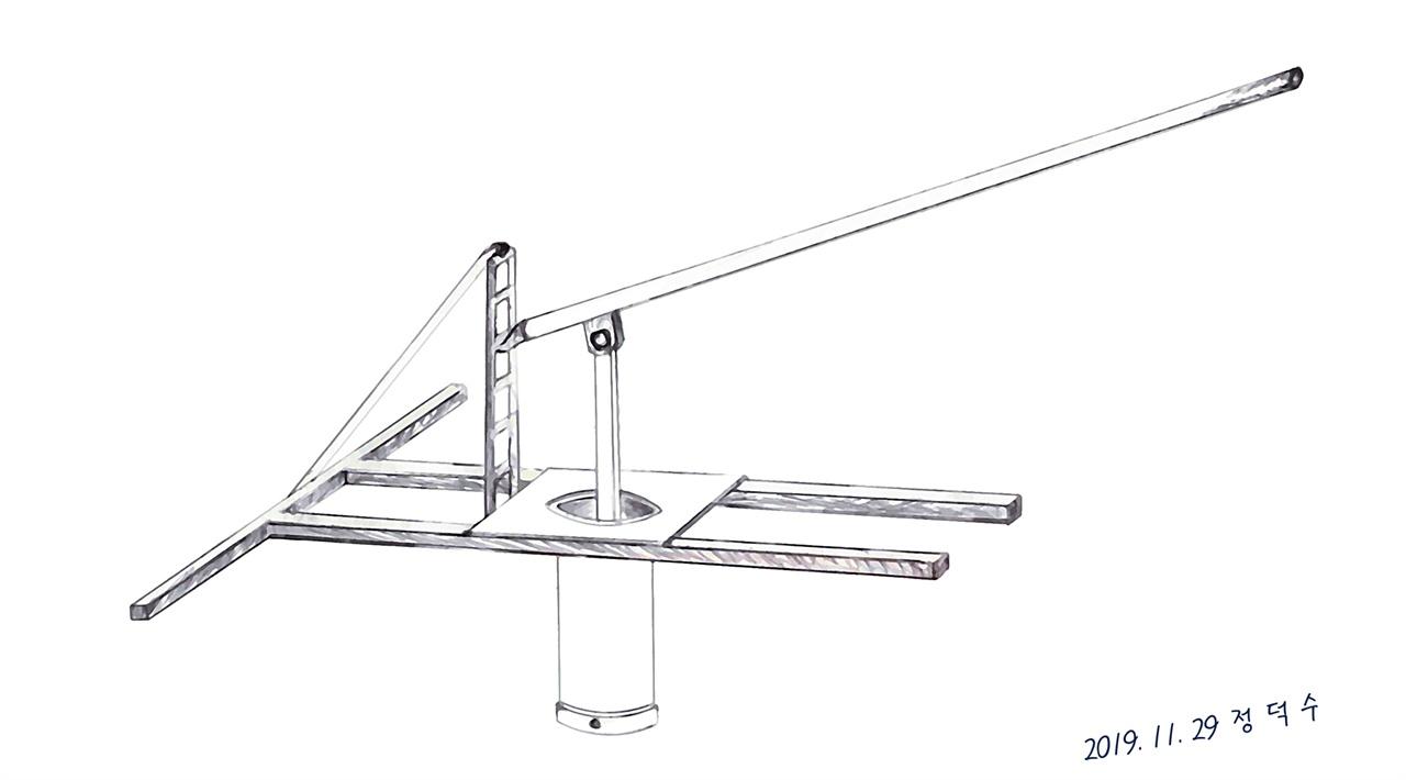 막국수분틀 1970년대에도 이미 주물로 제작한 막국수분틀이 있었다. 이 분틀은 막국수만이 아니라 냉면을 뽑기 위한 용도로도 사용됐다. 그림의 막국수분틀은 산촌에서 사용하던 나무로 만든 분틀의 형식을 빌려 1980년 대 직접 제작했던 분틀로 국수를 뽑는 분틀의 주요 부품인 분판을 '신주'라고도 하는 황동을 녹여 형틀에 부어 선반가공을 거친 다음 면의 굵기보다 가는 드릴비트로 구멍을 일일이 뚫어 제작했다. 당시 제작했던 기억을 되살려 그려보았다.