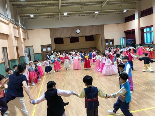 강강수월래를 즐기는 보령 명천유치원 유아들. 명천유치원은 지난 9월 추석을 앞두고 일주일을 민속인성교육 실천 주간으로 정했다.