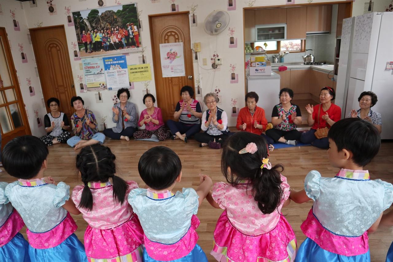 보령 명천유치원 유아들이 인근 경로당을 방문해 큰절을 하고 있다.