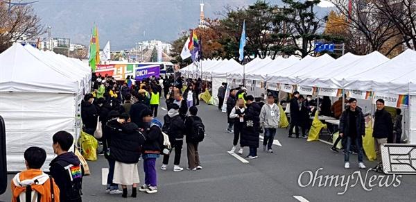 11월 30일 오전 창원광장 남측방향 도로에서 '제1회 경남퀴어문화축제'가 열리고 있다.