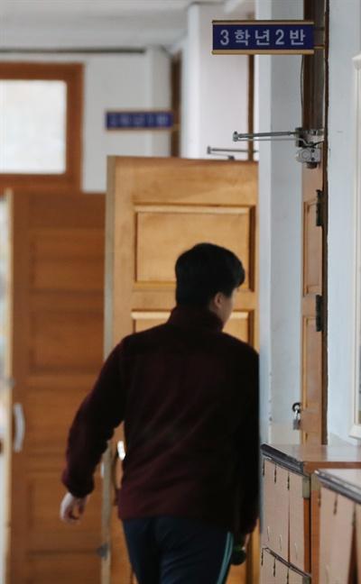 포항 지진 여파로 대학수학능력시험이 1주일 뒤로 연기된 16일 오전 광주 북구 고려고등학교에 공부하기 위해 등교한 고3 수험생들이 교실로 들어가고 있다.