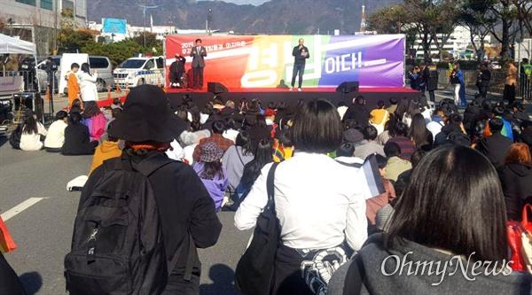 11월 30일 하루 종일 창원광장 남측 방향 도로에서 '제1회 경남퀴어문화축제'가 열렸다.