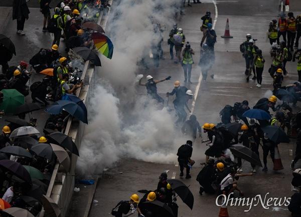 9월 1일 홍콩 중앙정부청사 앞에서 5대 요구안 수용을 위해 시위대가 경찰과 충돌하고 있는 현장.