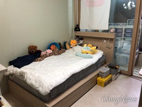 지난 5월 인천 송도의 한 사설축구클럽 통학차량 운전자가 과속 및 신호위반으로 교통사고를 냈다. 이 사고로 승합차 안에 있던 태호군이 세상을 떠났다. 하지만 태호의 집엔 아이의 흔적이 고스란히 남아 있었다.