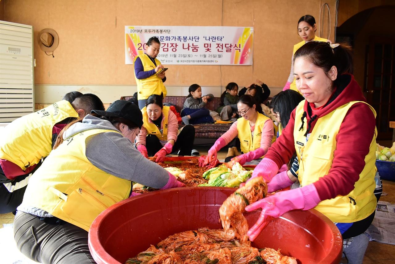 다문화가족 봉사동아리 나란타의 김장모습.