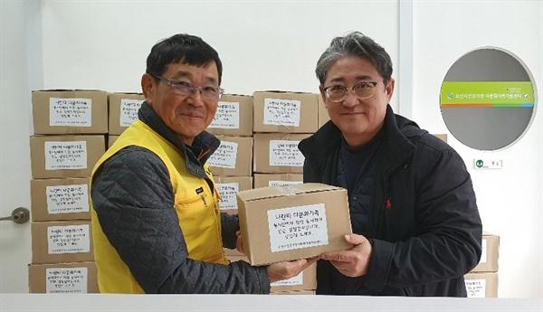 조상익 나란타 회장(왼쪽)이 이병희 오산시건강가정다문화가족지원센터장에게 김장을 전달하고 있다.