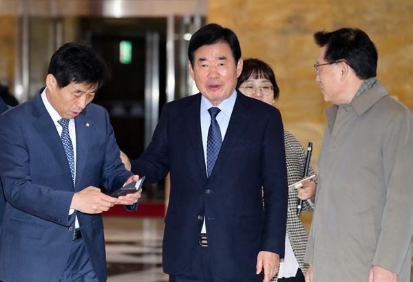 더불어민주당 김진표 의원이 지난 11월 29일 오후 서울 여의도 국회에서 열린 더불어민주당 의원총회에 입장하고 있는 모습.