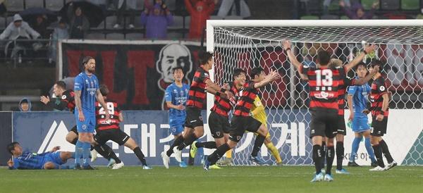 1일 울산종합운동장에서 열린 2019 K리그1 울산 현대와 포항 스틸러스의 경기에서 포항 일류첸코가 팀의 두 번째 골을 넣고 팀 동료들과 환호하고 있다.
