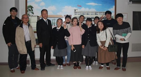 후쿠오카를 방문한 대전청년회 방문단과 교감 선생님과 재학생들이 함께 기념촬영을 하고 있다.