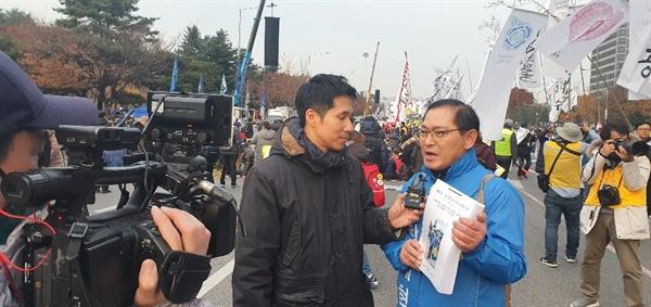 30일 서울에서 열린 제13차 촛불집회에서 오마이TV와 인터뷰중인 개국본 박종수 대표의 모습