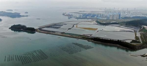 하동화력발전소 좌측 바다를 메워 석탄재 매립장을 만들었다. 석탄재매립장 바로 인근에 굴 양식장이 있다.