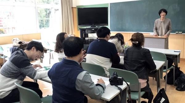 대전청년회원들이 후쿠오카 조선학교에서 후쿠오카조선학교 고교 무상화를 위한 재판을 돕고 있는 기요다 미키 변호사와 질의응답을 하고 있다.