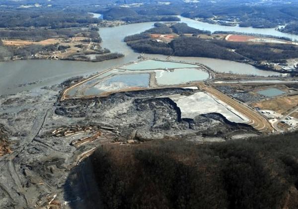 2008년 12월 22일, 킹스턴 화력발전소 석탄재 매립장 붕괴로 석탄재가 유출되는 재앙이 발생했다.