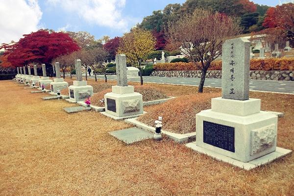서울 현충원의 우재룡 지사 묘. 왼쪽에 남자현 지사의 묘가 있다.