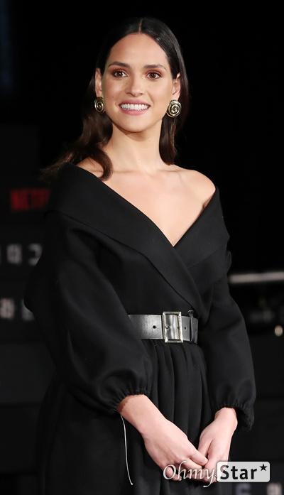 '6 언더그라운드' 아드리아 아르호나, 고스트가 반할 미소 배우 아드리아 아르호나가 2일 오전 서울 광화문의 한 호텔에서 열린 넷플릭스 영화 <6 언더그라운드> 기자회견에서 미소를 짓고 있다. <6 언더그라운드>는 애초에 존재하지 않았던 것처럼 과거의 모든 기록을 지우고 스스로 고스트가 된 여섯 명의 정예요원들이 지상 최대 작전을 펼치는 액션 블록버스터다. 13일 공개.