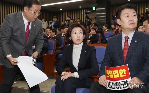 자유한국당 박성중 의원(왼쪽)이 2일 오전 국회에서 열린 의원총회에서 나경원 원내대표에게 다가가고 있다.