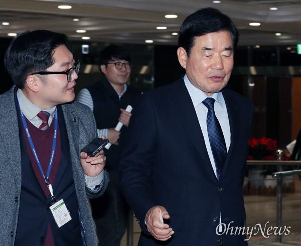 후임 총리로 거론되고 있는 김진표 더불어민주당 의원이 29일 오전 국회에서 기자들의 질문을 받고 있다.