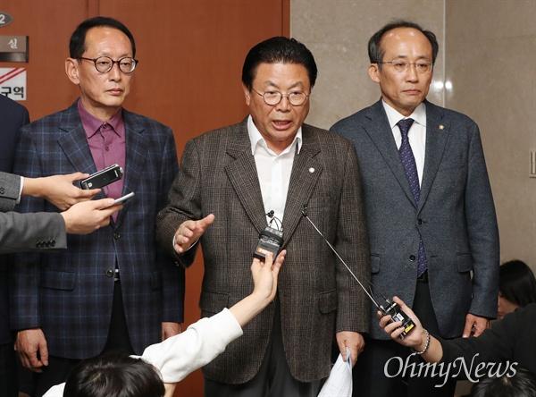 자유한국당 박맹우 사무총장이 2일 오후 국회 정론관에서 기자회견을 열고 당직자들이 당의 개혁과 쇄신에 동참하겠다는 뜻을 밝히며 당직 사표서를 일괄 제출했다고 밝히고 있다.