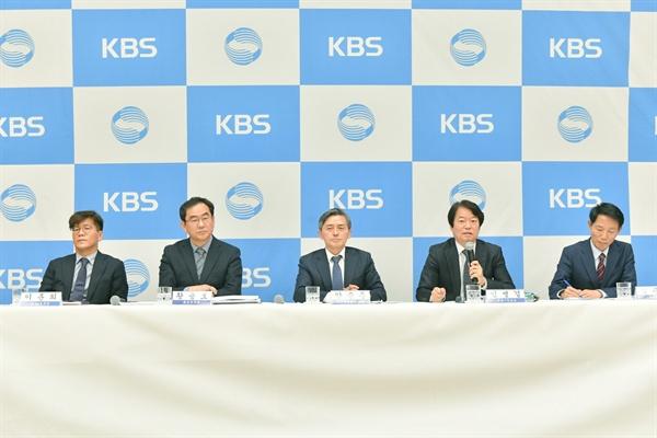 2일 오전 서울 여의도 KBS 신관에서 진행된 기자간담회에서 양승동 KBS 사장을 비롯한 KBS 임원진들이 기자들의 질문에 답하고 있다.