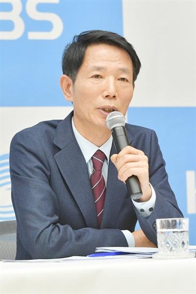 2일 오전 서울 여의도 KBS 신관에서 진행된 기자간담회에서 김종명 보도본부장이 기자들의 질문에 답하고 있다.