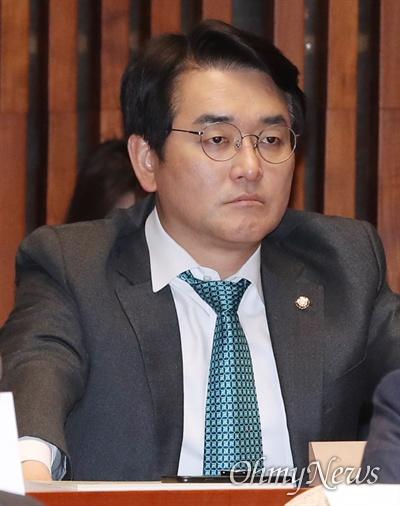 더불어민주당 박용진 의원이 2일 오후 국회에서 열린 의원총회에 참석하고 있다.