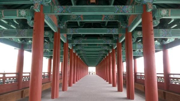 월정교 내부 모습 굵은 기둥들이 지붕을 바치면서 길게 이어져 있다.