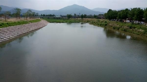 경주 문천 월정교에서 내려다 본 문천으로 원효대사가 뛰어내렸다고 전해 온다.