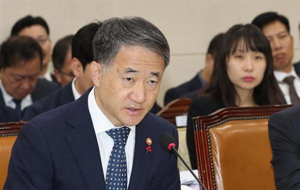박능후 보건복지부 장관이 2일 오전 서울 여의도 국회에서 열린 보건복지위 전체회의에서 의원 질의에 답변하고 있다.