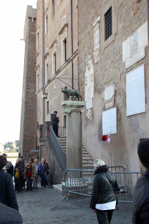 로마를 건국한 신화 속 이야기에 나오는 늑대의 젖을 먹고 자랐다는 로물루스와 레무스의 동상 모습