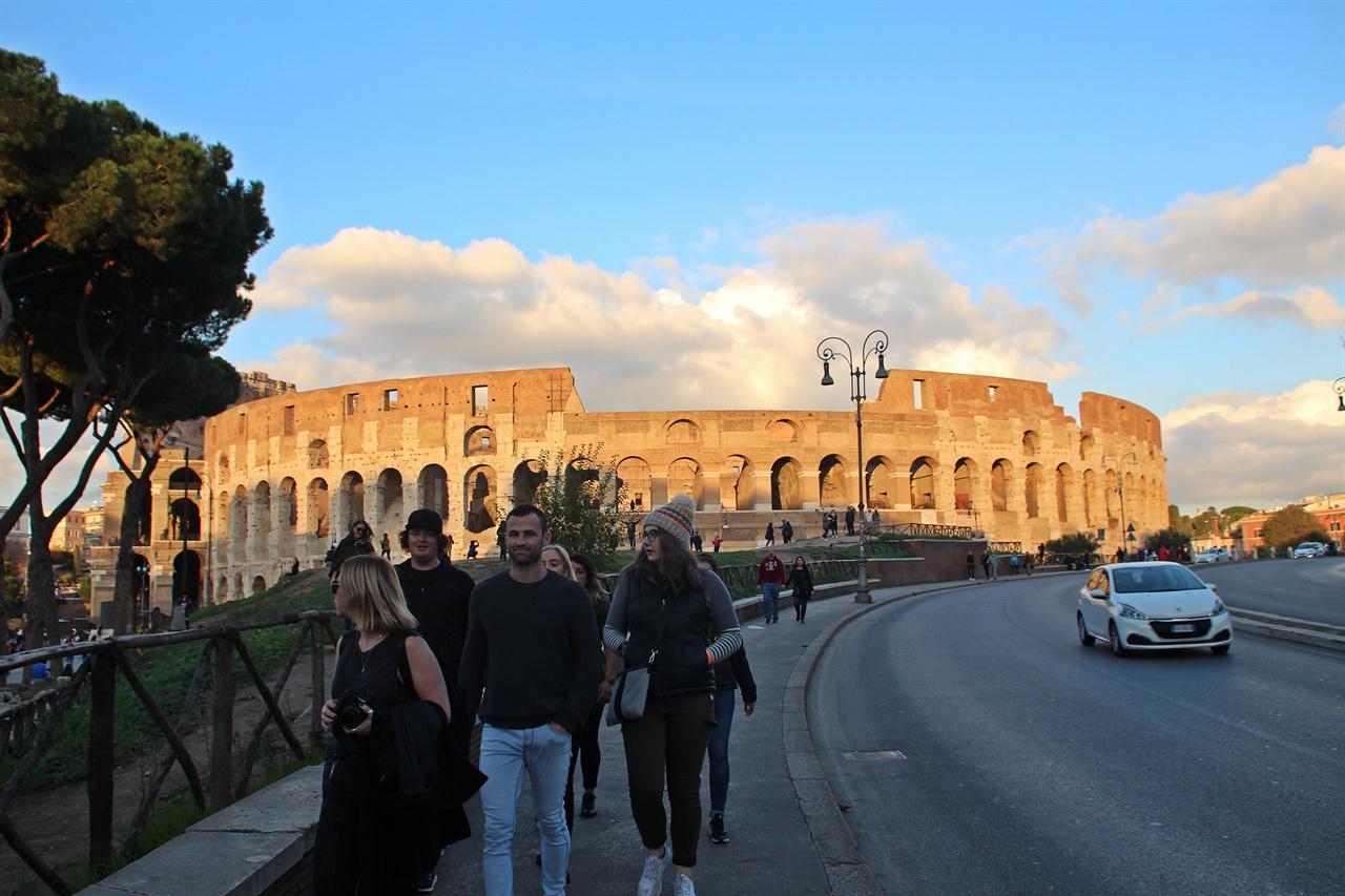 로마의 대표적인 관광지 콜로세움 모습
