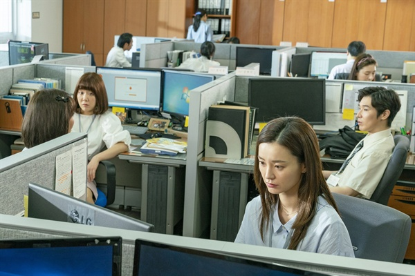 영화 <82년생 김지영>의 한 장면. 좋은 엄마, 좋은 아내이길 포기하고 남성 동료들의 비웃음에도 기꺼이 웃어주며 쿨하게 받아줘야 하는 김 팀장의 서사가 대한민국에서 일하는 여성들에 가깝다.