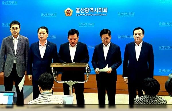 지난해 지방선거 때 울산에서 한국당 기초단체장 후보로 출마했던 정치인들이 3일 오전 10시 30분 울산시의회 프레스센터에서 기자회견을 열고 있다